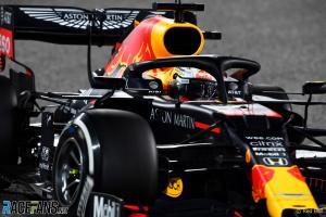 Perangkat HALO yang mengitari kepala Max Verstappen di atas RB16. (Foto: racefans)