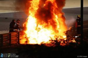 Api yang mengepung mobil Romain Grosjean di GP Bahrain. (Foto: therace)