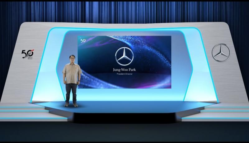 Jung-Woo Park, Presiden Direktur, PT Daimler Commercial Vehicles Indonesia melakukan penyerahan penghargaan secara virtual