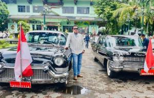 H Jimmy Syamsudin bersama 2 mobil klasik mantan Presiden RI pada sebuah acara di Yogyakarta. (foto : instagram)
