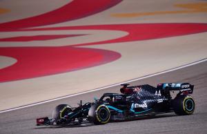 Laju Lewis Hamilton terhenti ke GP Sakhir pekan ini akibat positif Covid-19. (Foto: essentiallysport)