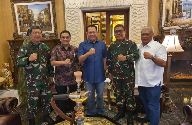 Kandidat Ketum IMI Pusat Bambang Soesatyo lakukan silaturahmi kepada Dankodiklad, Letjen TNI AM Putranto, Kamis (3/12/2020) hari ini. (foto : ist).