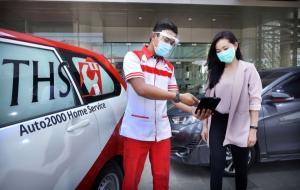 Petugas THS-Auto2000 Home Service tengah menjelaskan perawatan kendaraan kepada pelanggan
