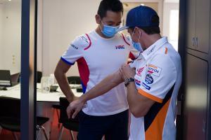 Meski sebelumnya dua kali operasi, Marc Marquez masih saja merasa sakit pada tangan kanannya. (Foto: motorsport)