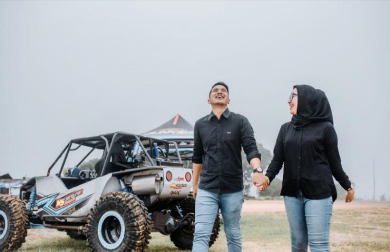 Pre-wedding Aldi & Cristya sudah bernuansa offroad, perhatikan tuh mobilnya