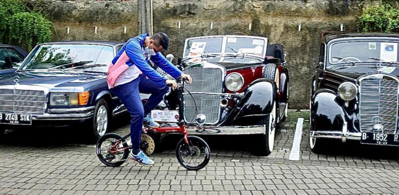 Deretan mobil klasik berkualitas dan langka di acara Gowes Barengan start/finish di Waroeng Solo, Kemang, Jaksel, Sabtu (5/12/2020)