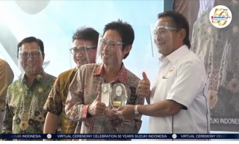 Komisaris Suzuki Soebronto Laras memberikan cendera mata kepada salah satu BOD PT Suzuki Indomobil Sales