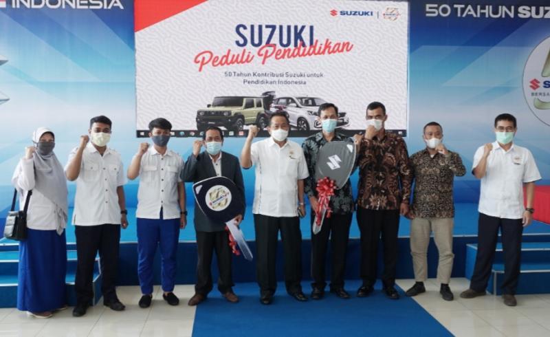 Soebronto Laras komisaris Suzuki (baju putih, tengah) saat menyerahkan secara simbolis kunci mobil donasi dari Suzuki di ultah ke-50