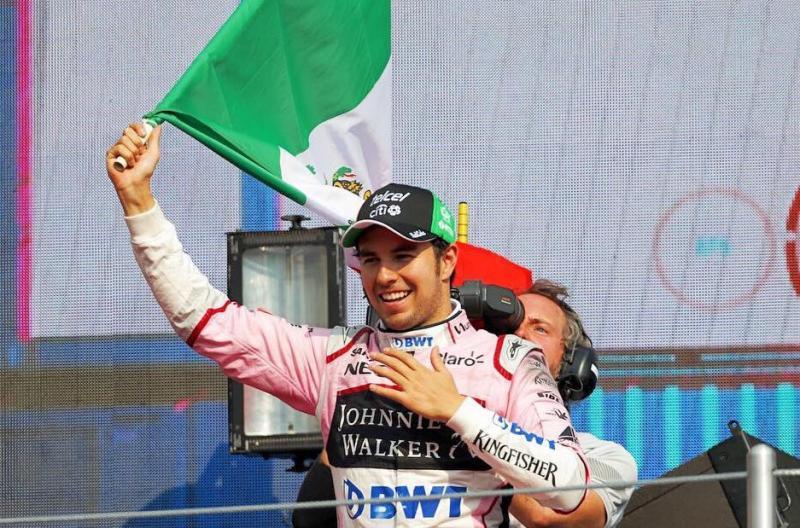 Sergio Perez (Racing Point) dengan bendera Meksiko di podium F1. (Foto: g1destinations)