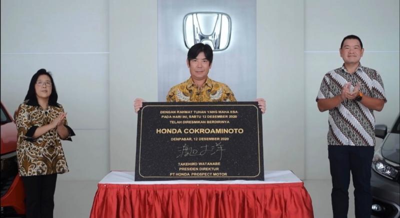 Takehiro Watanabe dengan plakat Honda Cokroaminoto yang baru diresmikan