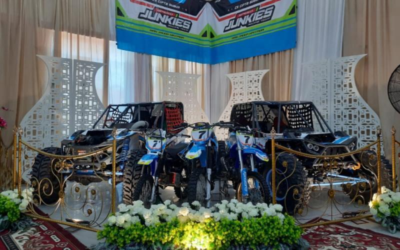 Konsep motorsport pada resepsi pernikahan offroader Aldi dan dokter Ichi. (foto : ende)