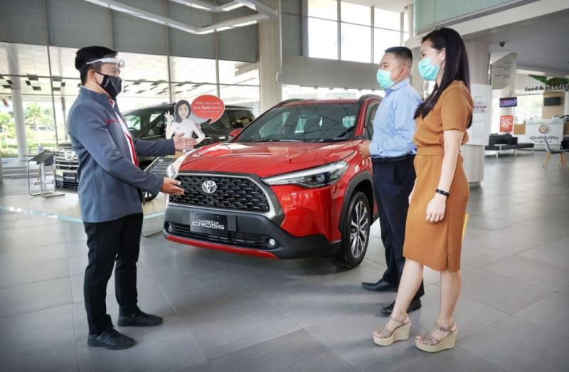 Sales Advisor Auto2000 sedang melayani pelanggan yang ingin membeli kendaraan Toyota