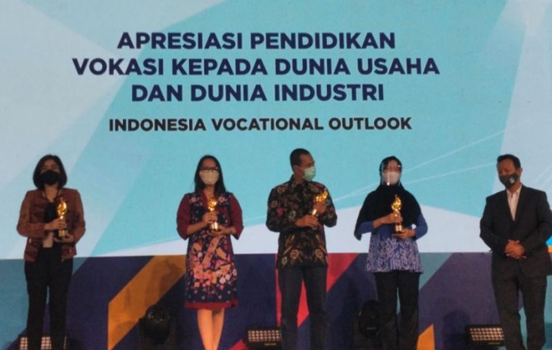 C.F Tantriani, CSD & Marcomm Dept. Head Auto2000 (Kedua dari kanan) menerima penghargaan Apresiasi Pendidikan Kepada Dunia Usaha dan Dunia Industri
