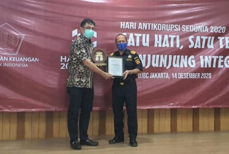 Decy Arifinsjah selaku Kepala Kantor Wilayah DJBC Jakarta dan diterima Johan dari perwakilan manajemen Daihatsu.