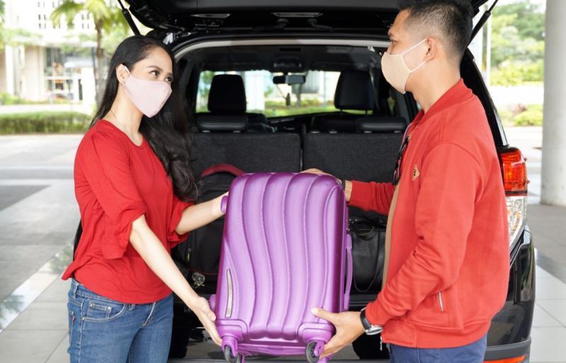 AutoFamily yang sedang mempersiapkan perjalanan liburan dengan Mobil Toyota