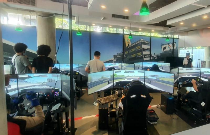 Suasana markas P1-ADMI sebagai control room kejurnas IDMC round 1 di sirkuit Zandvoort Belanda. (foto : ist)