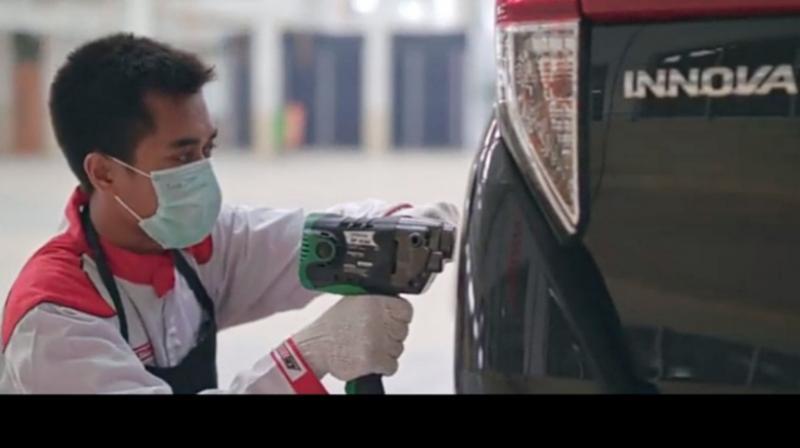 Mobil AutoFamily ditangani mekanik terlatih dan berpengalaman di bengkel Auto2000
