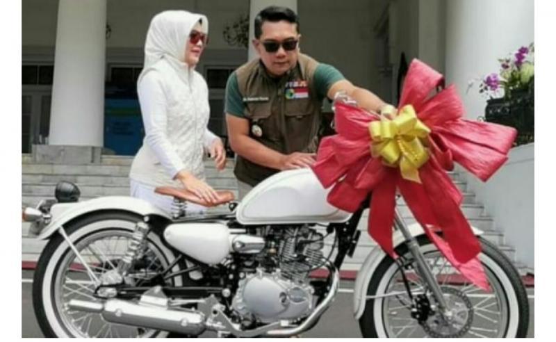Gubernur Jawa Barat Ridwal Kamil menghadiahi motor retro desain sendiri untuk wedding anniversary ke-24 kepada istrinya, Atalia Praratya. (foto : ig ridwan kamil)