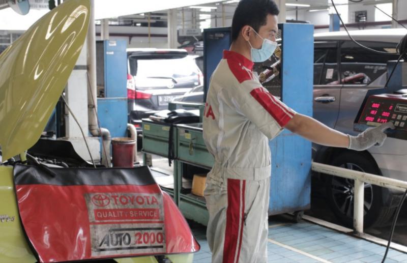 Mekanik Auto2000 sedang melakukan Uji Emisi Kendaraan AutoFamily