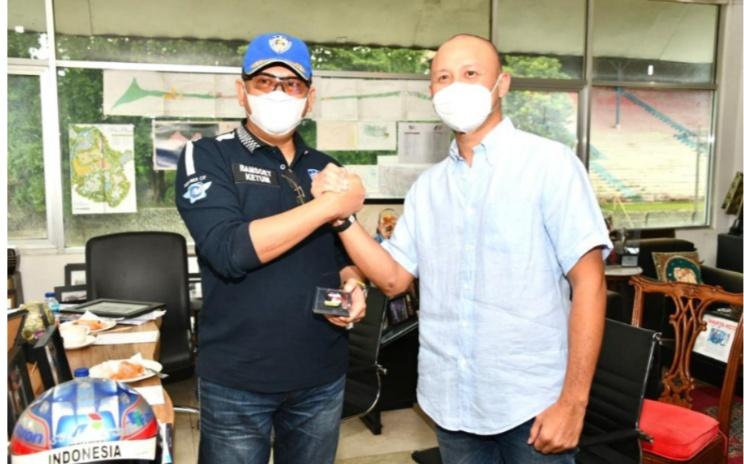 Ketum IMI Pusat Bamsoet dan pembalap senior international Ananda Mikola di Sentul International Circuit Bogor