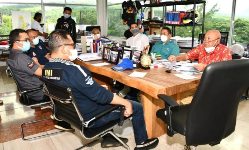 Bamsoet mendapat penjelasan dari H. Tinton Soeprapto terkait kondisi sirkuit Sentul yang usai dioverlay, fasilitas CCTV hingga ambulance terbaru