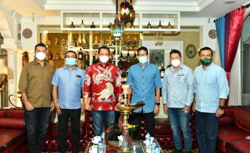 Pertemuan Bamsoet didampingi pengurus IMI Pusat dengan Menparekraf Sandiaga Uno di Jakarta tadi malam
