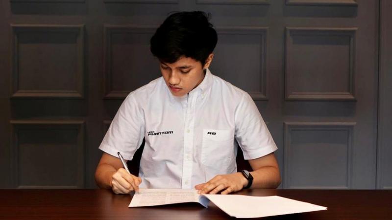 Avila Bahar saat melakukan tanda tangan dengan tim JMX Phantom berkiprah di ajang e-Sport. (foto : dok Phantom)