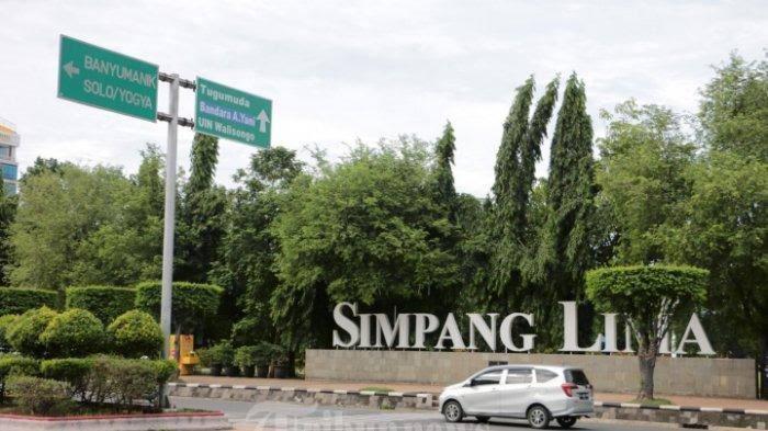 Kendaraan melewati jalur kota Semarang dari Jakarta menuju Pulau Bali