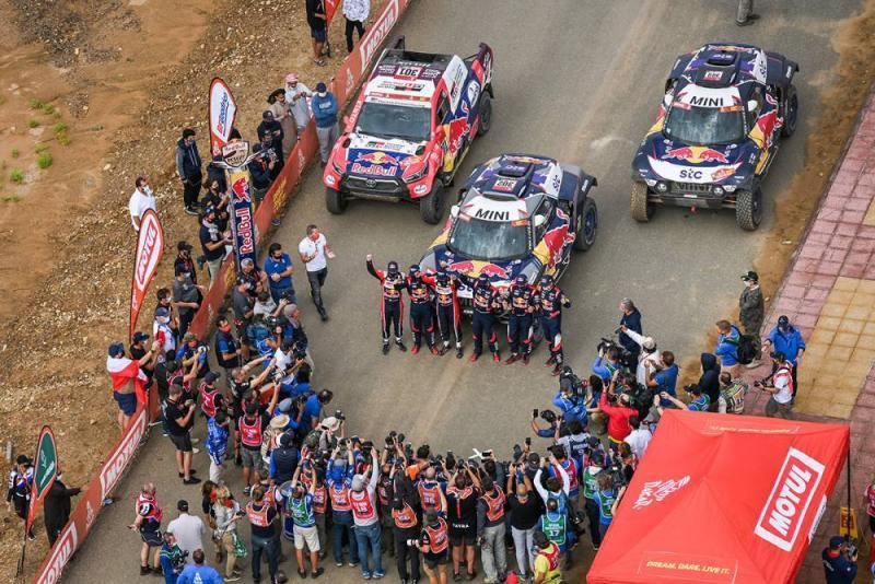 2 Mini + 1 Toyota di garis akhir Dakar 2021. Podium untuk para pelanggan juara. (Foto: dakar)