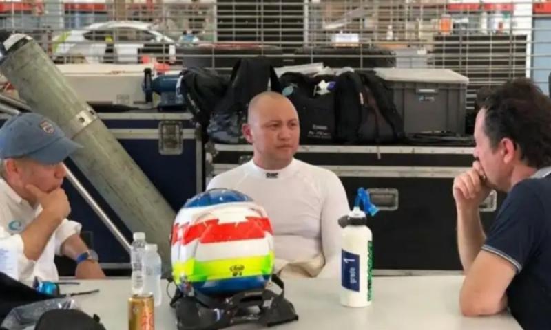 Ananda Mikola sesaat setelah tanda tangan kontrak dengan tim Hyundai untuk balap TCR Asia awal tahun lalu di Sepang, Malaysia