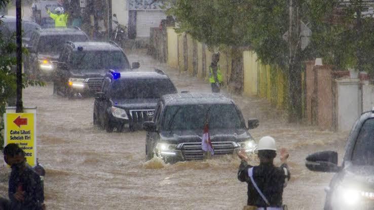 Toyota Land Cruiser Presiden Jokowi menerabas banjir di Banjar, Kalimantan Selatan