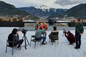 Pol Espargaro saat pembuatan materi promosi Repsol Honda di halaman rumahnya di pegunungan Andorra. (Foto: honda)
