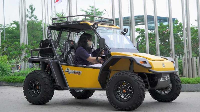 Gati Wibawaningsih mencoba kendaraan Fin Komodo