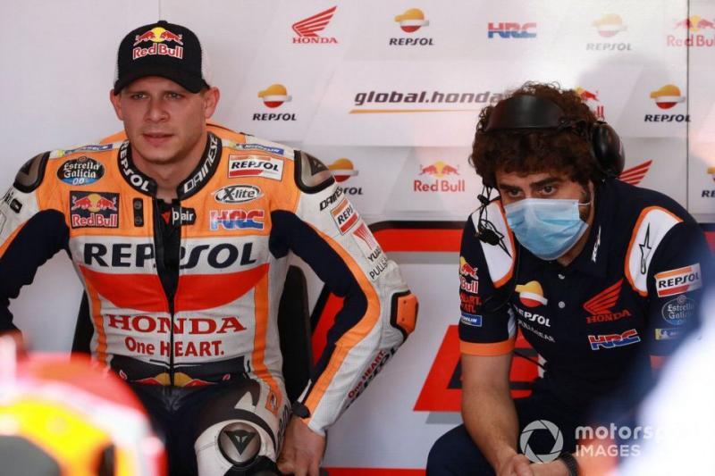 Stefan Bradl dan kepala mekaniknya Santi Hernandez, bakal tetap jadi pengganti sementara Marc Marquez di 2021. (Foto: motorsport)