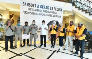 Bamsoet (tengah, berbaju putih) bersama Relawan Gerak BS Peduli mendoakan para korban bencana alam di Kalsel dan Sulbar