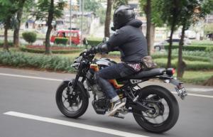 Riding mengelilingi sejumlah jalur di area ibukota, lalu menuju bengkel Studio Motor yang ngebangun custom XSR 155 bergaya café racer The Luchador