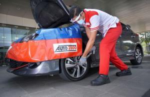 Petugas THS-Auto2000 Home Service sedang melakukan perawatan kendaraan AutoFamily