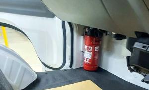 Mobil Suzuki, posisi Alat Pemadam Kebakaran Ringan (APAR) ada di bawah dasboard sebelah kiri