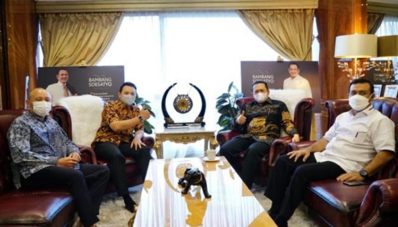 Bamsoet didampingi Kombes Pol Samsul Bahri saat menerima kakak beradik pembalap senior Ananda Mikola dan Moreno Soeprapto di ruang kerja Ketua MPR-RI Senayan Jakarta hari ini