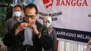 Menteri Perhubungan Budi Karya Sumadi mencoba alat GeNose untuk deteksi covid-19 produksi UGM Yogyakarta.