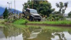 Jeep Gladiator Rubicon saat melewati medan light offroad Jeep Station Indonesia di Megamendung, Bogor hari ini. (foto : hf)