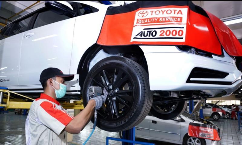 Mekanik Auto2000 sedang Melakukan Perawatan Kendaraan Pelanggan