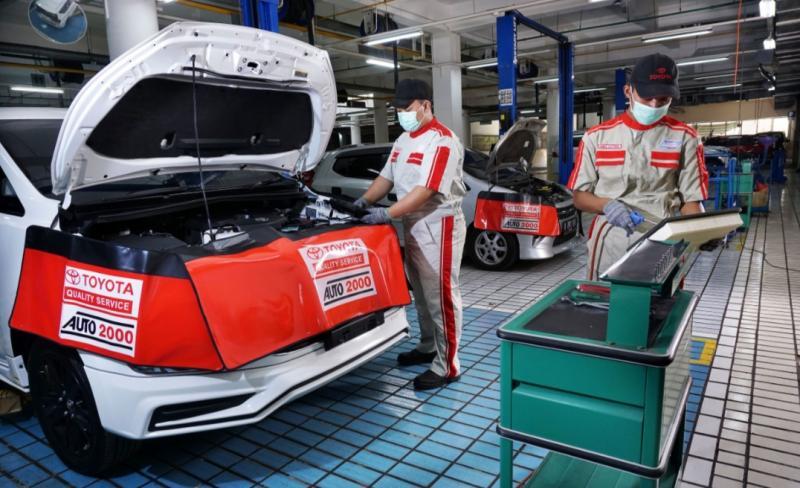 Mekanik Auto2000 tengah melakukan servis rutin mobil Toyota milik AutoFamily