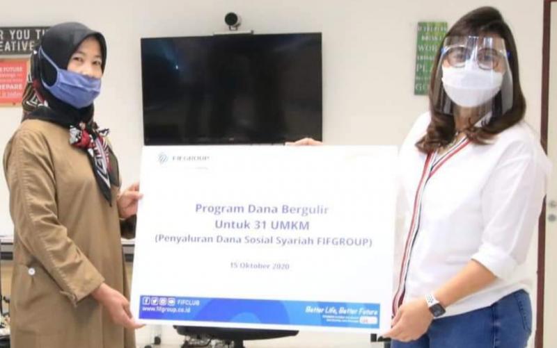 Human Capital, General Service and Corporate Communication Director Esther Sri Harjati memberikan bantuan pinjaman UMKM secara simbolis di Menara FIF Jakarta