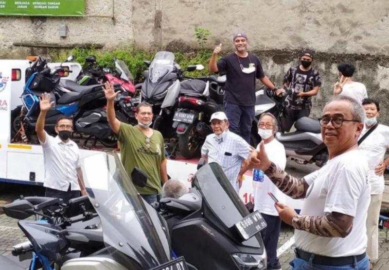 Para peserta touring motor Jakarta - Padang pp dari kalangan pereli gaek melakukan persiapan di Warung Solo, rencana berangkat Senin (15/2/2021) esok