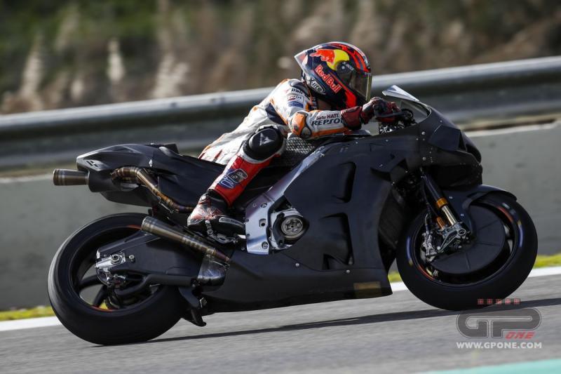 Tester Honda Stefan Bradl di Jerez pekan lalu, menguji motor baru sementara yang lain pakai motor jalan raya. (Fot: gpone)