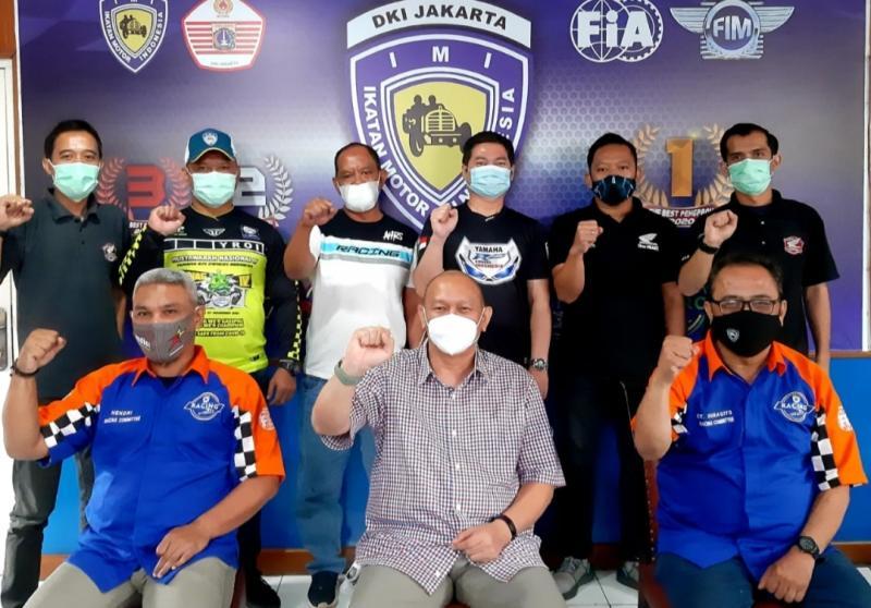 Ketum IMI DKI Jakarta bro Anondo Eko (tengah, duduk) bersama panitia Jakarta Race Community