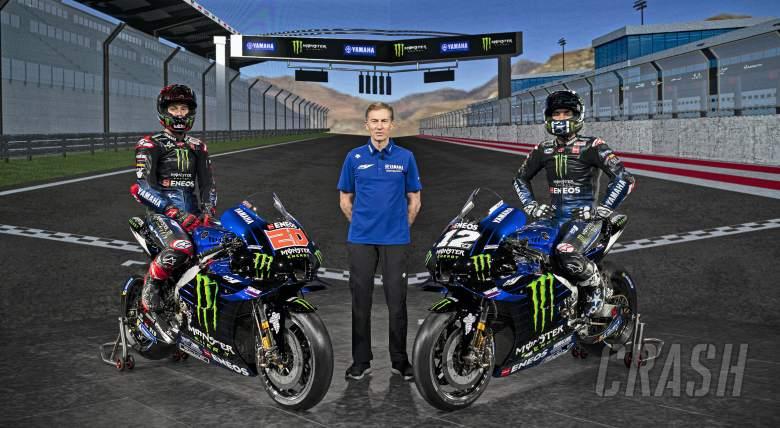 Lin Jarvis diapit Fabio Quartararo dan Maverick Vinales, komitmen Yamaha di MotoGP hingga 2026. (Foto: crash)