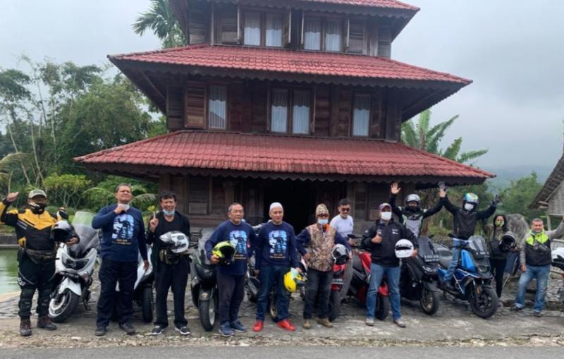 Mejeng di rumah bersejarah milik pereli senior Ismail Johan, Kabupaten Agam, Sumatera Barat
