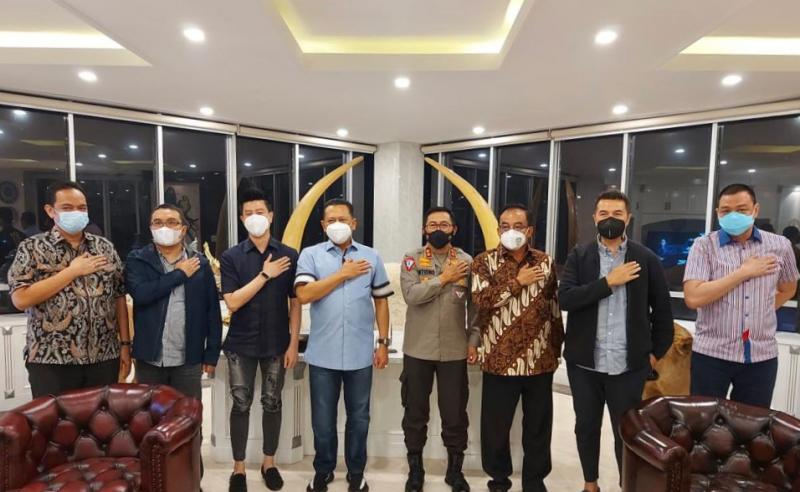 Bamsoet bersama Kakorlantas Irjen Pol Istiono didampingi para Pengurus IMI Pusat pada pertemuan hari ini di Jakarta